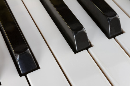 clavier: Extreme close-up of Piano keys from a diagonal perspective and shot with a shallow depth of field