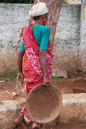 Chennai, India - 6 de septiembre de 2007: Una mujer trabajadora de la construcción india que trabaja en un sitio de construcción de edificios en Chennai.