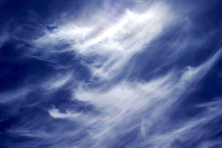 cirrus cloud formed from contrails overhead                       Imagens