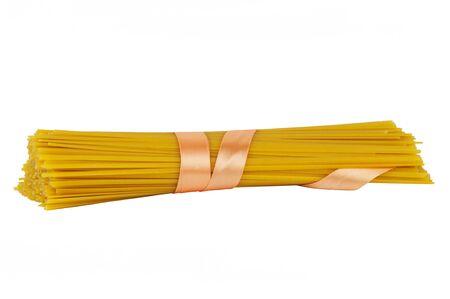 gefesselt: Spaghetti gebunden mit einem Band auf wei�em Hintergrund