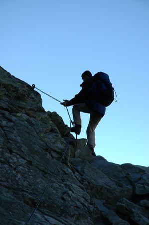manacles: Silueta de un escalador en fondo azul  Foto de archivo