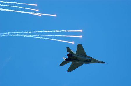 jetplane: Jetplane fronte cielo blu con il profumo di false Archivio Fotografico