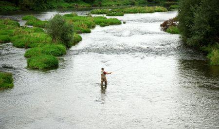 waders: Pescador pesca en el r�o Foto de archivo