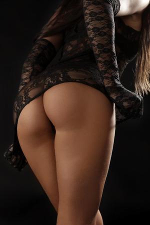Schöne ass Mädchen auf einem schwarzen Hintergrund Lizenzfreie Bilder