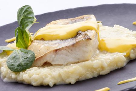 Gebratenes Filet vom Kabeljau auf einem Bett von Risotto gewürzt Sauce und Nelken