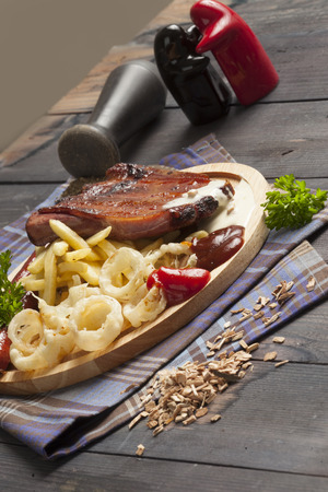 Ribs and sausages with fries and onion rings. Perfect for beer Standard-Bild