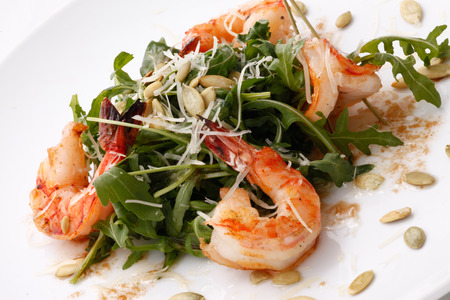 arugula salad with shrimps and pumpkin seeds