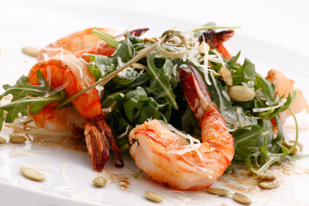 eat right: arugula salad with shrimps and pumpkin seeds