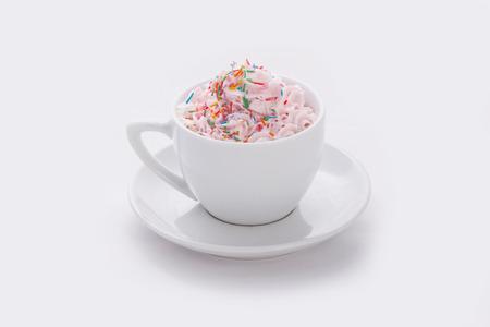 Cappuccino Latte in chashkes farbigen Marmelade auf weißem Hintergrund