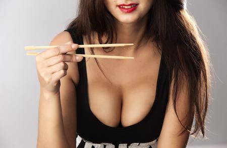 Große Brüste, mit Stäbchen
