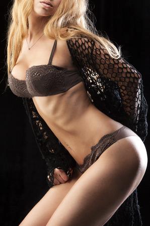 schönen Mädchen in Dessous auf einem schwarzen Hintergrund Lizenzfreie Bilder