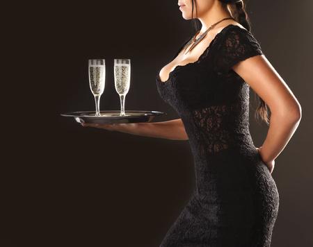 Mädchen Kellnerin mit einem Tablett und Gläser auf einem braunen Hintergrund