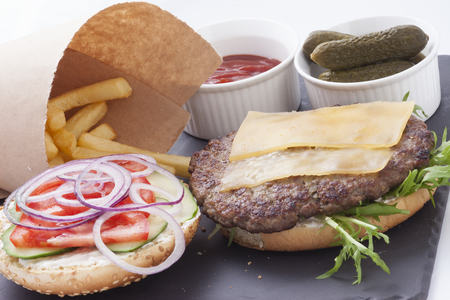 Lecker Hamburger und Pommes Frites französisch auf einer Platte isoliert
