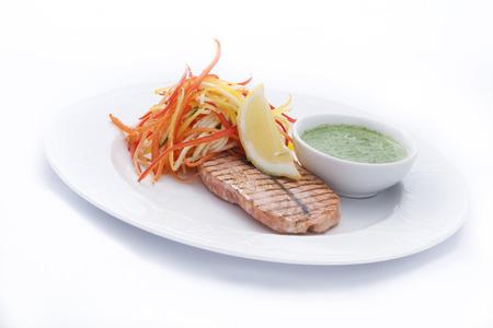 Gegrillter Lachs mit Gemüse gerieben, Sauce und Zitrone