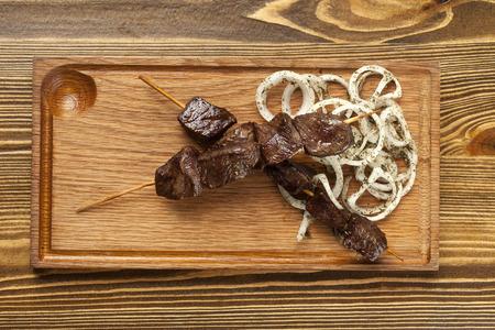 Spieße von Rindfleisch auf einer Holzplatte
