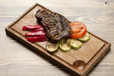 Grilled meat with vegetables Standard-Bild