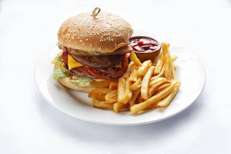 Hamburguesa y papas fritas sobre fondo blanco.