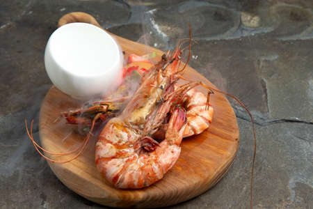 Cooked large shrimps on a wooden plate. Stockfoto