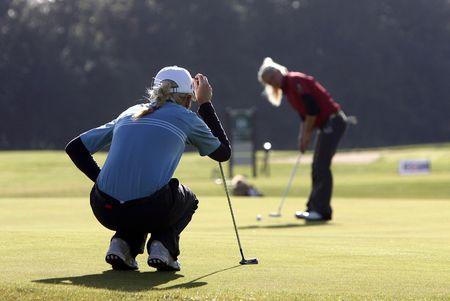 ni�as jugando: Las ni�as jugando al golf