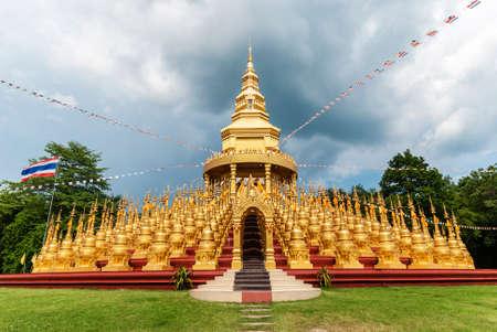 Stupa ist der Goldfarbe Standard-Bild - 29880511
