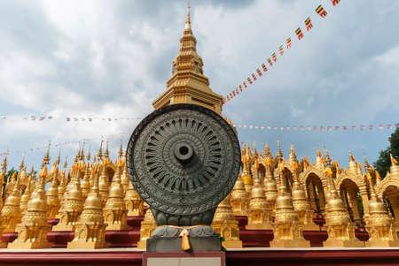 Stupa ist der Goldfarbe Standard-Bild - 29880513
