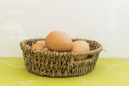 Hühnerei auf dem Korb Standard-Bild - 30856381