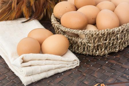 Eier auf den Korb und auf der Kaliko Standard-Bild - 31063986