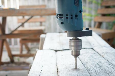 Bohrmaschine, Bohren in Holz Standard-Bild - 32016112