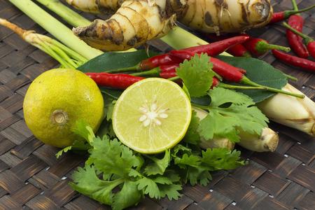Zitronengras, Limettenblätter, Chili, Zitrone, Frische Kräuter und Gewürze asiatische Zutaten Lebensmittel auf Holz Hintergrund. Standard-Bild - 46918605