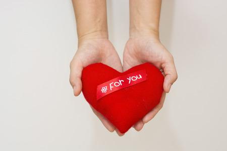Hand und Herz isoliert auf der weißen Hintergrund Standard-Bild - 47286427