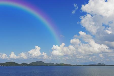 Blauer Himmel mit Rainbow Standard-Bild - 48796128