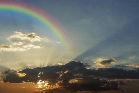 Himmel und Sonnenuntergang mit rainblow Hintergrund. Standard-Bild - 49117347
