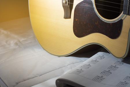 Acoustic guitarand Grundakkord Standard-Bild - 49117561