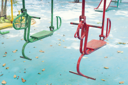 Leere Stunde schwingt auf Sommer-Kinderspielplatz Standard-Bild - 49208631