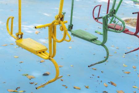 Leere Stunde schwingt auf Sommer-Kinderspielplatz Standard-Bild - 49208633