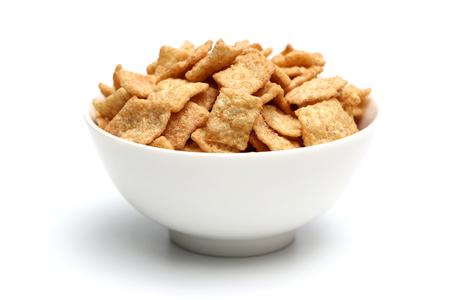 cereal: Cereales para el desayuno aislado en un fondo blanco