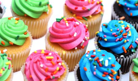 흰색 배경에 고립 된 여러 가지 빛깔 된 컵 케이크 스톡 콘텐츠