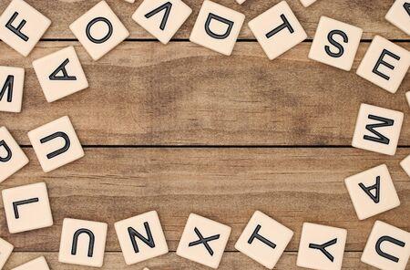 다양한 황갈색 문자 타일의 테두리 스톡 콘텐츠