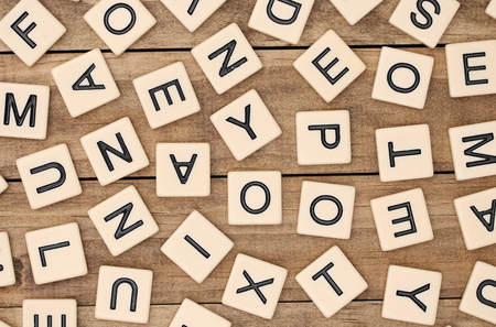 A background of various tan letter tiles Stockfoto