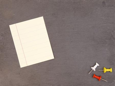 書き込みを追加するためのスペースを持つ空白の黒板