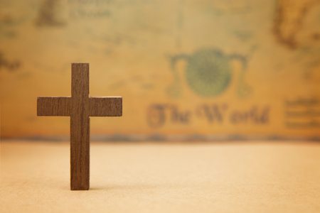 For God so loved the world - A Cross on a rustic world map 版權商用圖片 - 95043513