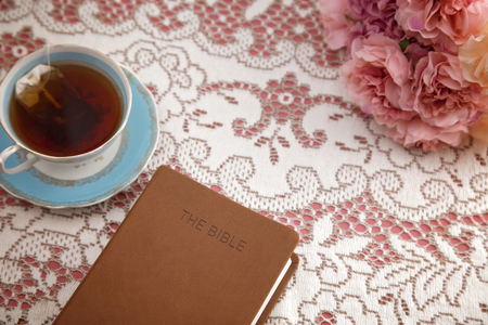 Bibel mit Tee für ein Damenbibelstudium Standard-Bild