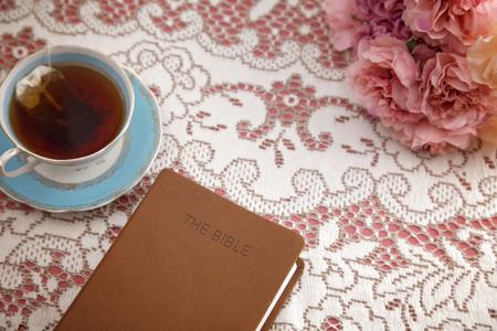Biblia wybrała się z herbatą na studium biblijne dla kobiet Zdjęcie Seryjne