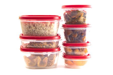 Cajas con tapas rojas llenas de restos de comida