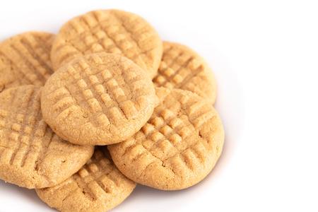 Biscotti al burro di arachidi fatti in casa classici su sfondo bianco
