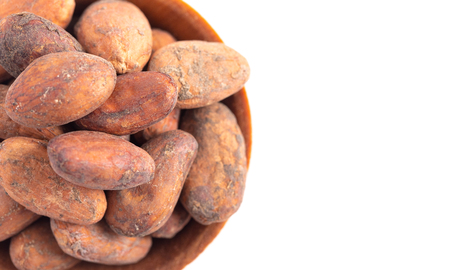 A Bowl of Raw Cocoa Beans Isolated on a White Background Foto de archivo - 122562902