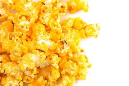 Montón de palomitas de maíz de queso extra amarillo sobre un fondo blanco. Foto de archivo