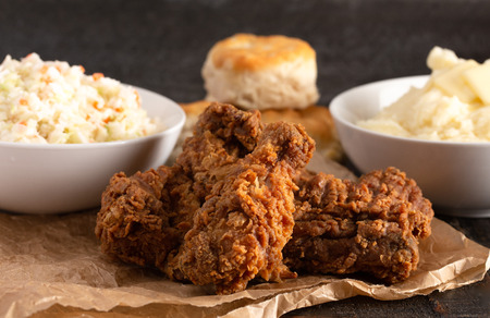 Homestyle Meal of Fried Chicken Mashed Potatoes Coleslaw and Buttermilk Biscuits Standard-Bild