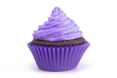 Single Purple Iced Chocolate Cupcake isoliert auf weißem Hintergrund Standard-Bild