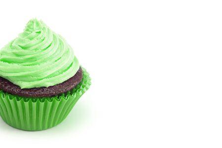 Single Green Iced Chocolate Cupcake auf einem weißen Hintergrund isoliert